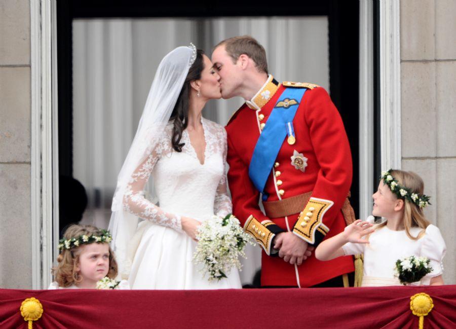 Noivos dão o esperado beijo diante dos súditos / Foto: Leon Neal/AFP