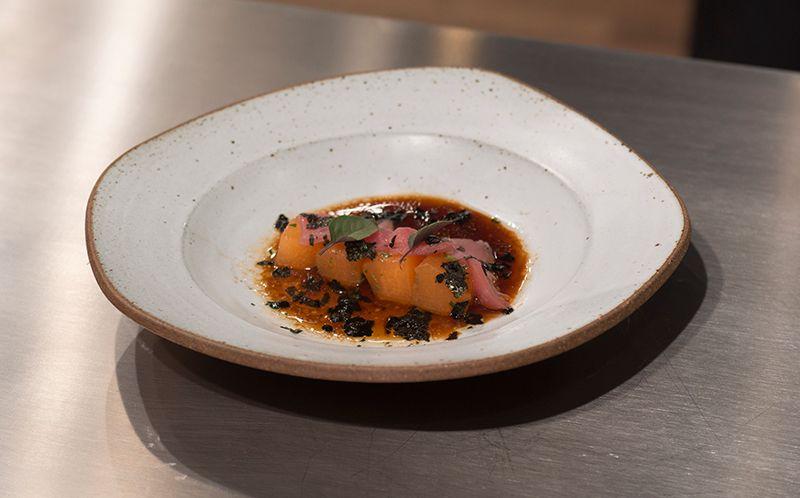 Sashimi de atum ao molho de melão cantaloupe e azeite de manjericão