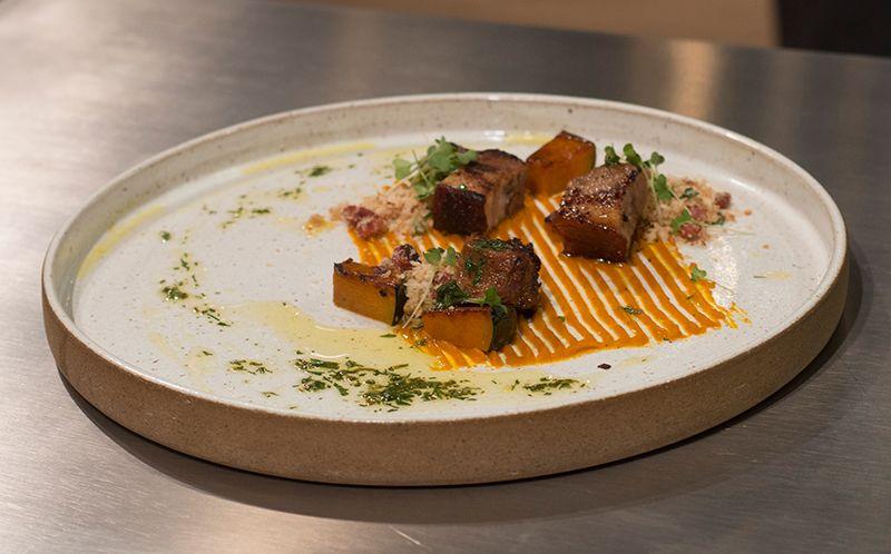 Bochecha de porco com abóbora e farofa
