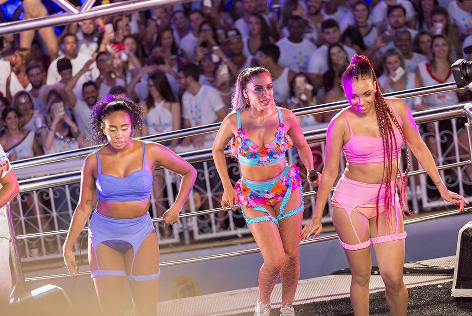 Anitta e suas dançarinas encantaram o público