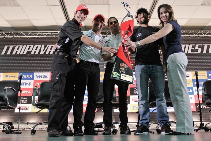 Brasileiros posam para a foto com o troféu