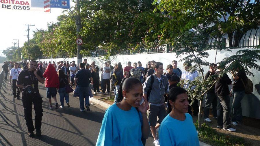 Público faz fila na avenida Olavo Fontoura para curtir as emoções da Fórmula Indy