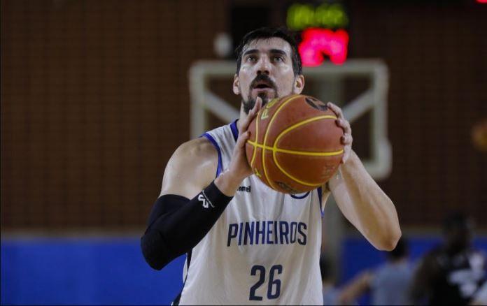 Em partida disputada até o fim, Pinheiros bate o Corinthians em casa