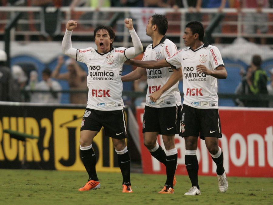 Willian comemora o gol de empate do Corinthians