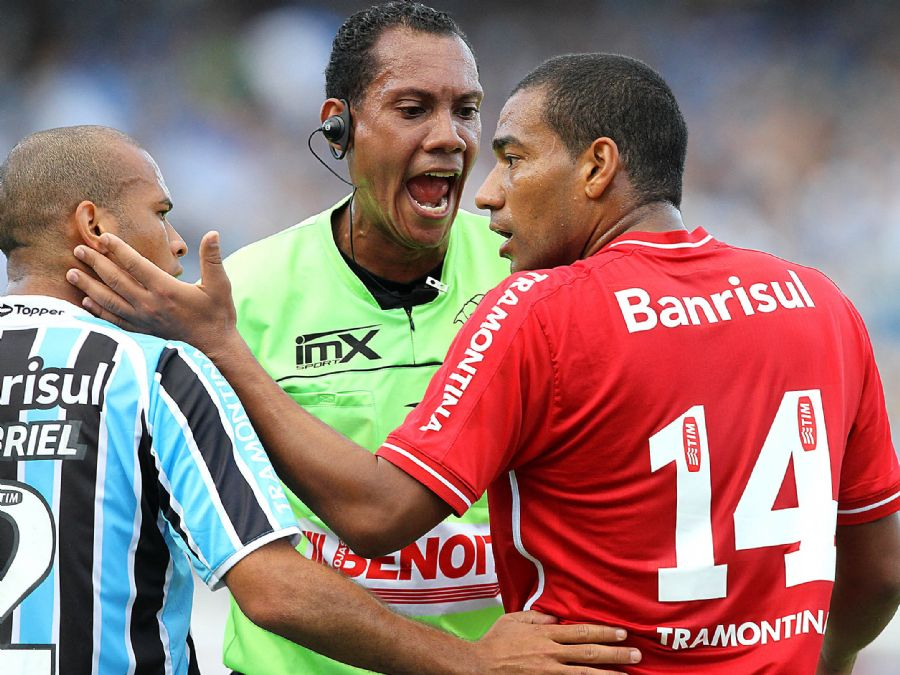 Rodrigo (Inter) e Gabriel trocam