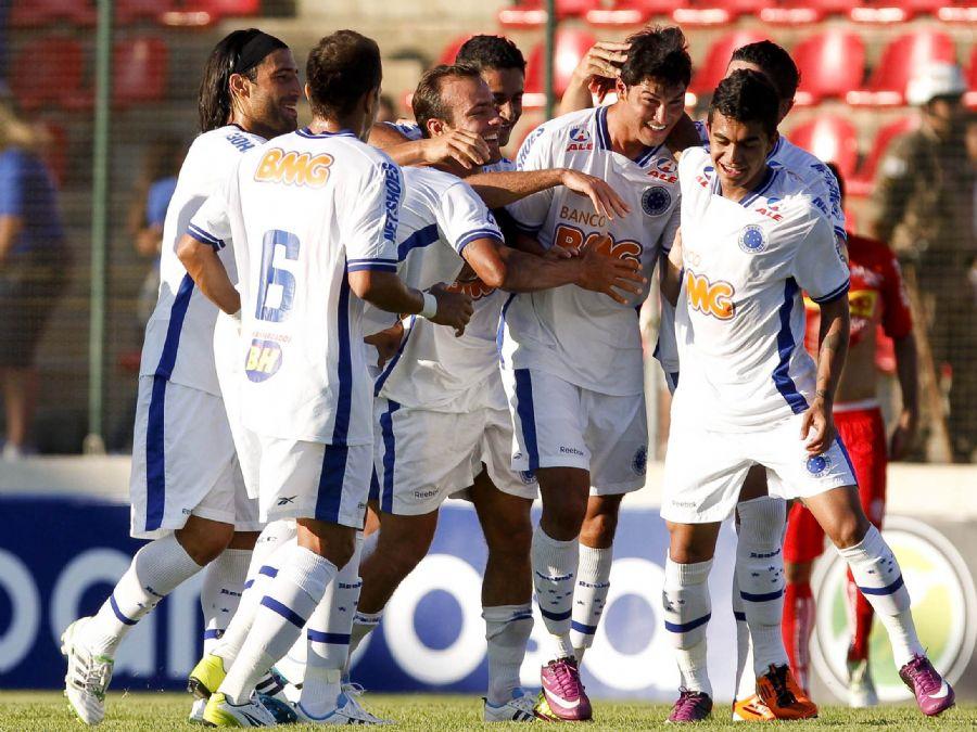 Jogadores festejam o gol de Pedro Ken