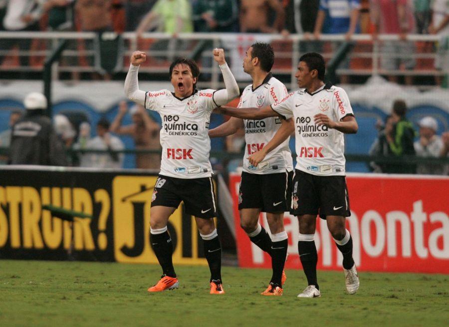 Willian comemora gol de empate do Corinthians contra o Palmeiras