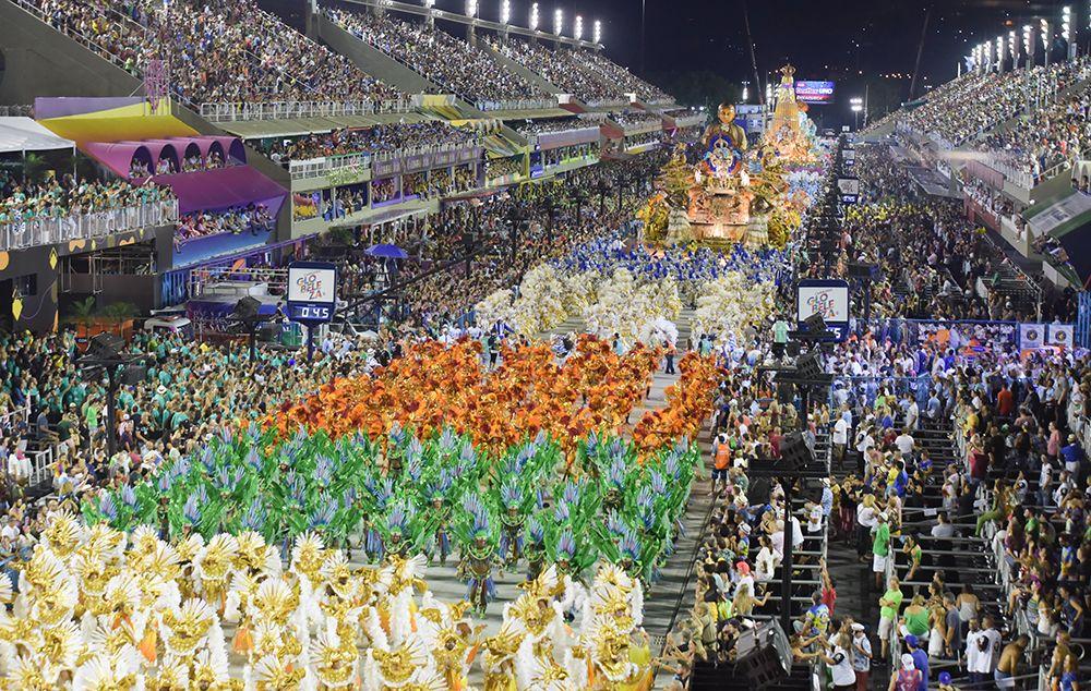 Confira os melhores momentos dos desfiles das escolas de samba do RJ