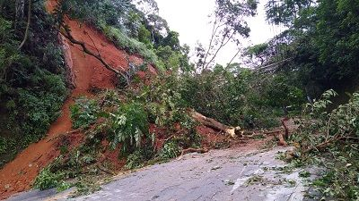 Rodovias da região têm interdição por queda de barreira