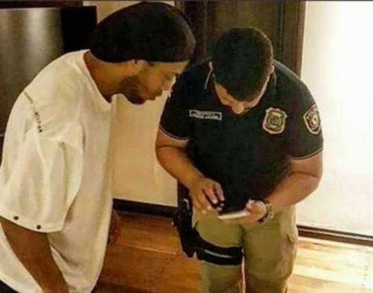 Ronaldinho e policial em suíte de hotel no Paraguai