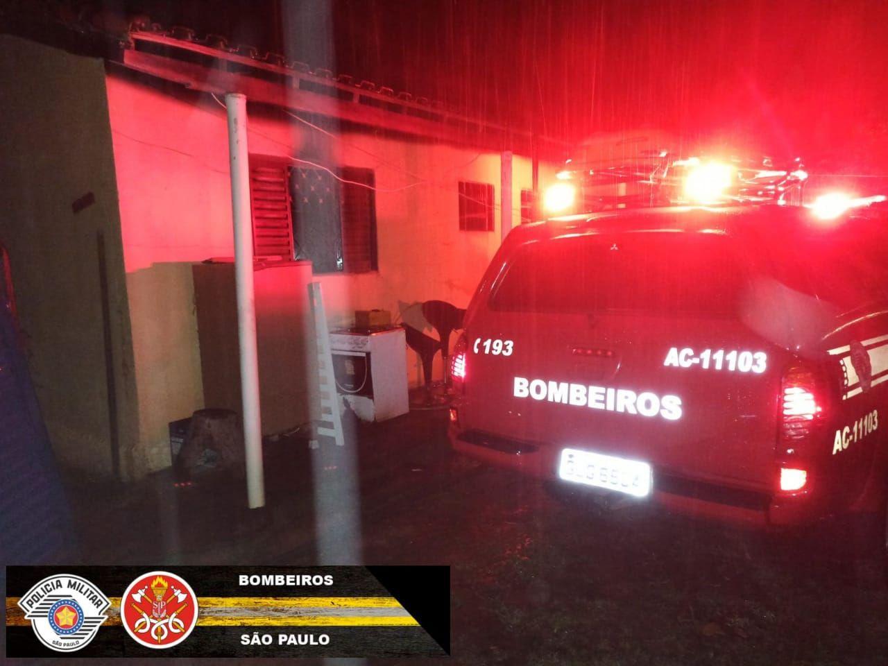 Casa pega fogo após curto circuito em Monteiro Lobato