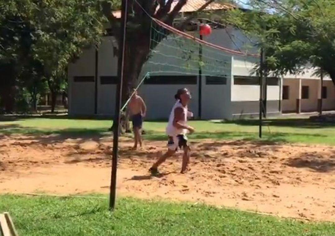 Preso há um mês no Paraguai, Ronaldinho usa futevôlei como passatempo