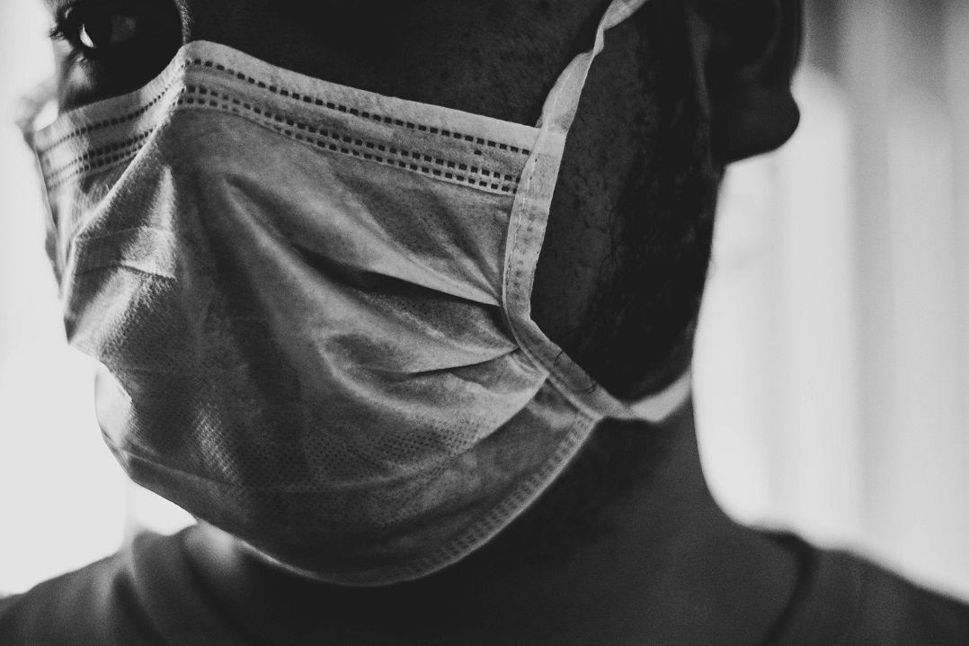 Homem é condenado a dez anos de prisão por não usar máscara