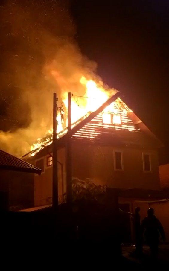 Incêndio destruiu parte de cima da residência  / Divulgação/Corpo de Bombeiros