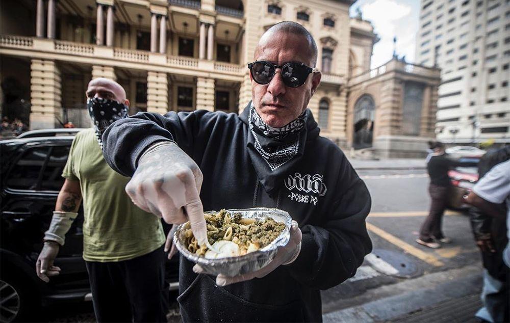 Henrique Fogaça entrega marmitas no centro de São Paulo