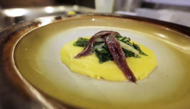 Entrada de polenta cremosa com espinafre