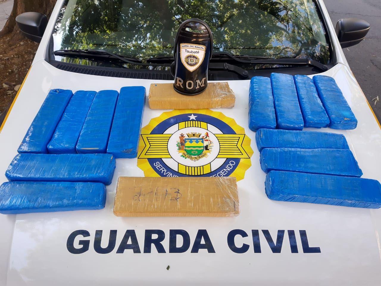 Homem é preso com 15 tijolos de maconha na mala em Taubaté