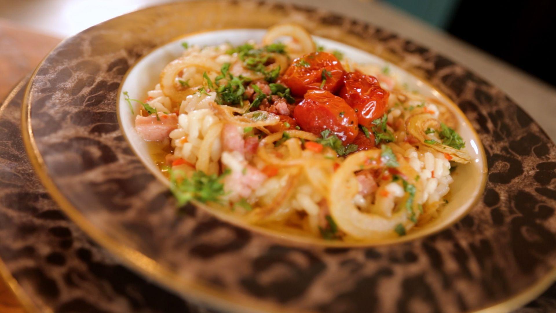 Risoto de cebola com linguiça e tomates assados