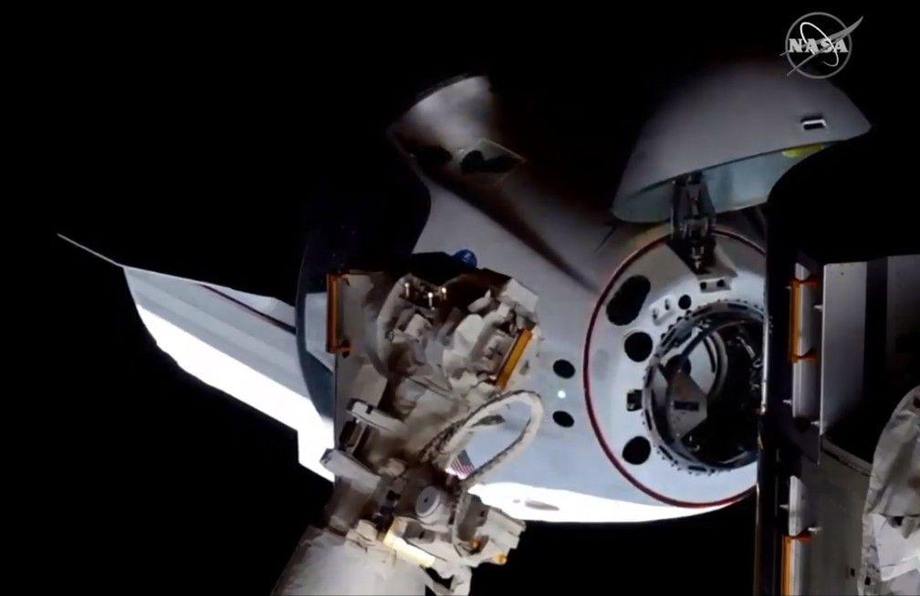 Nave da SpaceX com astronautas chega à Estação Espacial Internacional