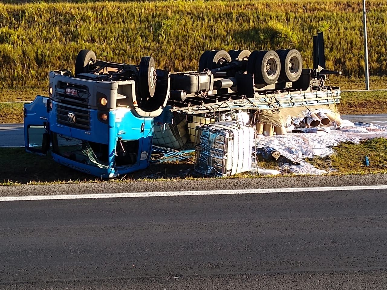 Caminhão tomba na rodovia Carvalho Pinto, trecho de São José