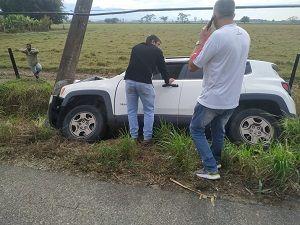 Carro cai em valeta, bate em poste e deixa idoso ferido em Pinda