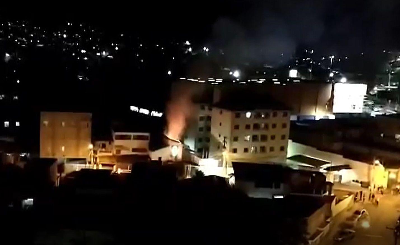 Sobrado pega fogo no Jardim Humaitá, em Taubaté