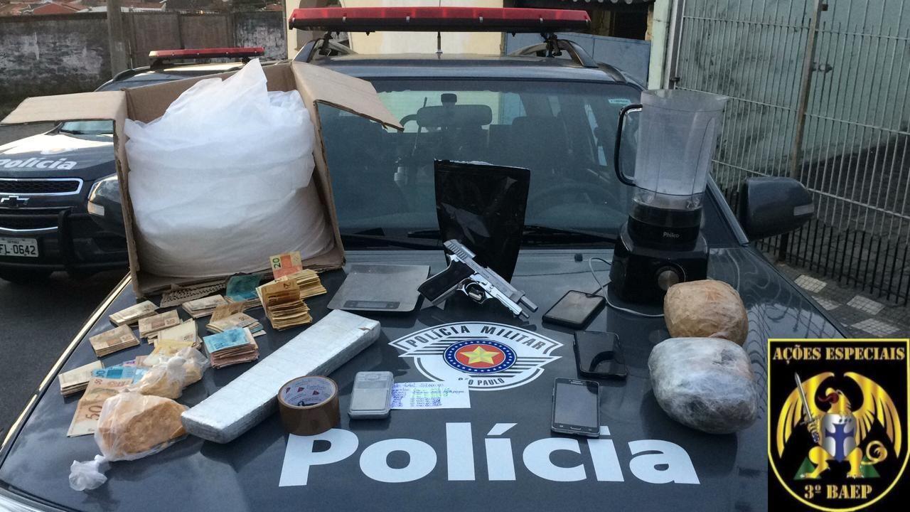Homem é preso com drogas e tenta subornar policiais em Jacareí