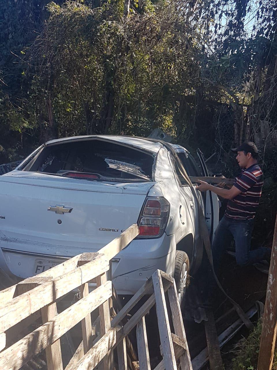 Motorista com a CNH suspensa perde controle e invade casa em Campos
