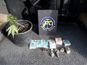 Polícia apreende dinheiro, drogas, munição e detém indivíduo em bairro de Pinda / Divulgação Policia Militar