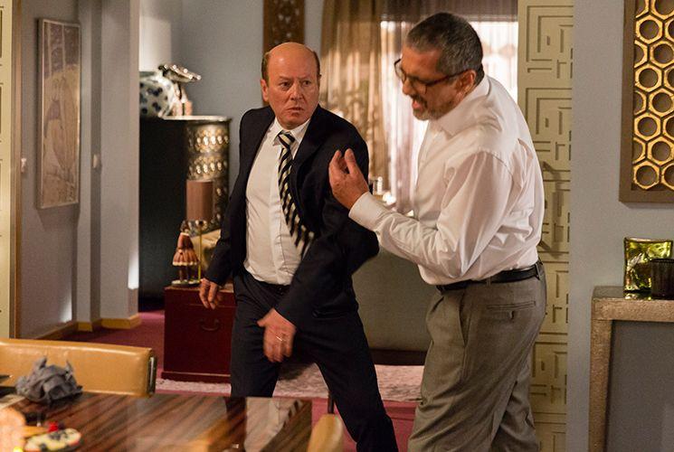 Miguel agride Otelo por tê-lo traído ao dar informações a Mônica