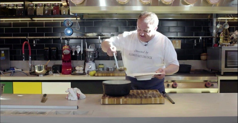 Erick Jacquin ensina clássica receita de sopa de cebola; saiba fazer