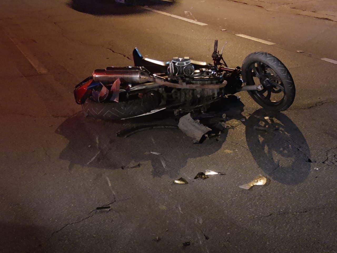 Caminhonete atropela cinco após acidente com moto em Pindamonhangaba