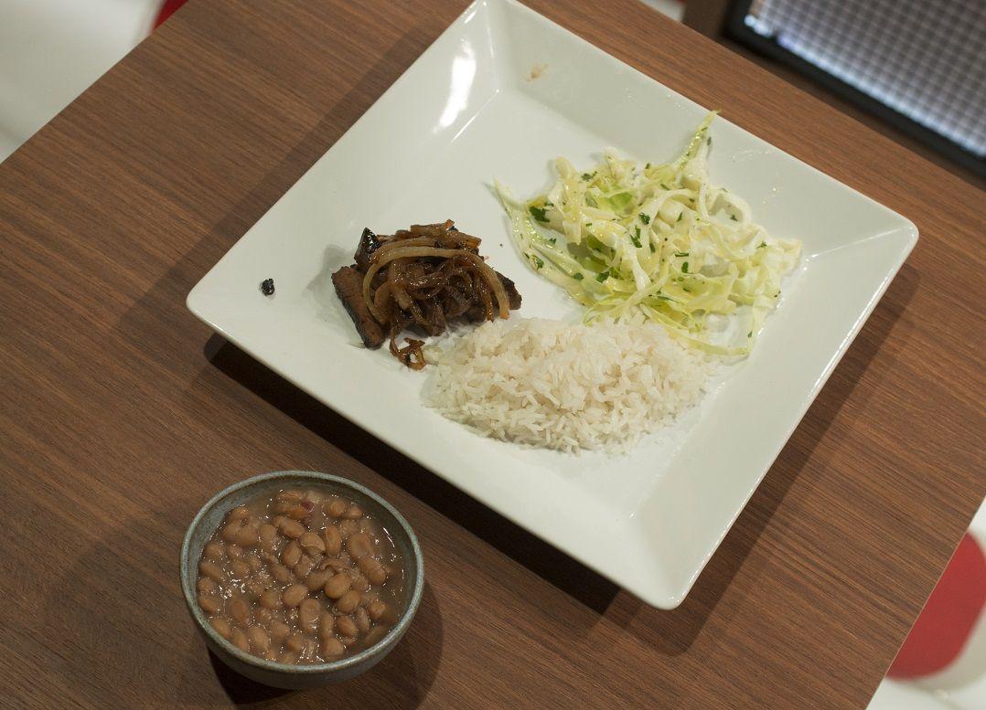 Arroz, feijão, fígado e salada de repolho, do Hailton