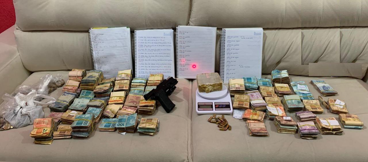 Mais de cem mil reais foram apreendidos no imóvel / Divulgação/Polícia Militar