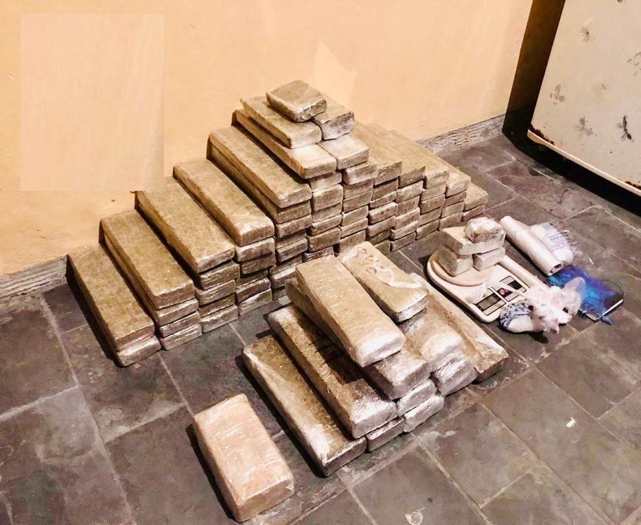 80 tijolos de drogas foram encontrados / Divulgação/Polícia Militar