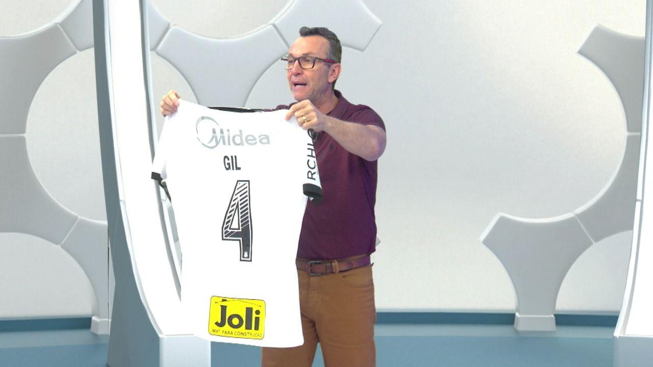 Neto ganha camisa que Gil usou no clássico entre Corinthians e Palmeiras