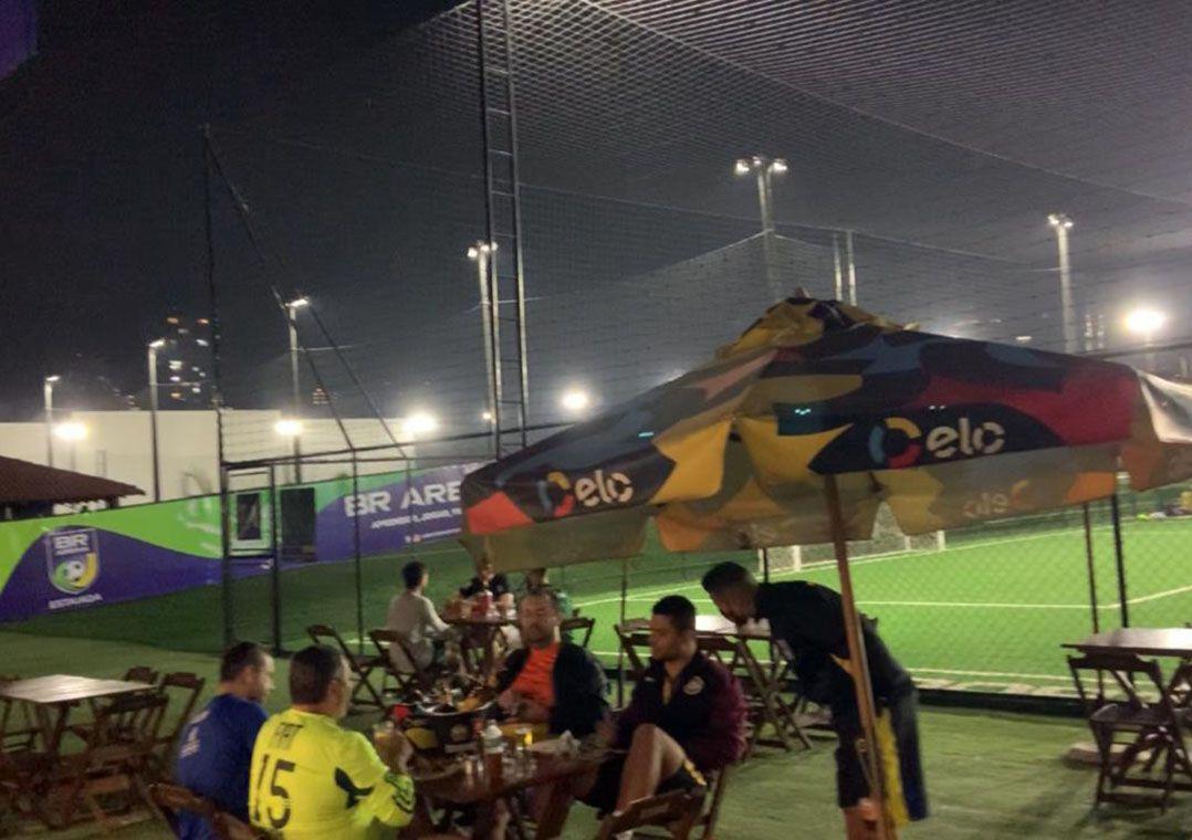Complexo de quadras de futebol society desrespeita quarentena e funciona normalmente