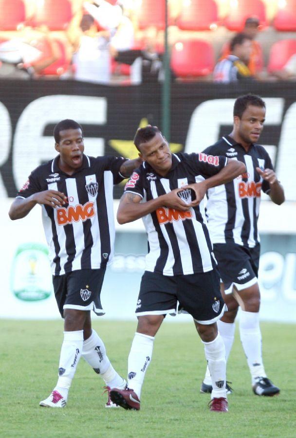 Jogadores comemoram o gol do lateral direito Patric, do Atlético-MG
