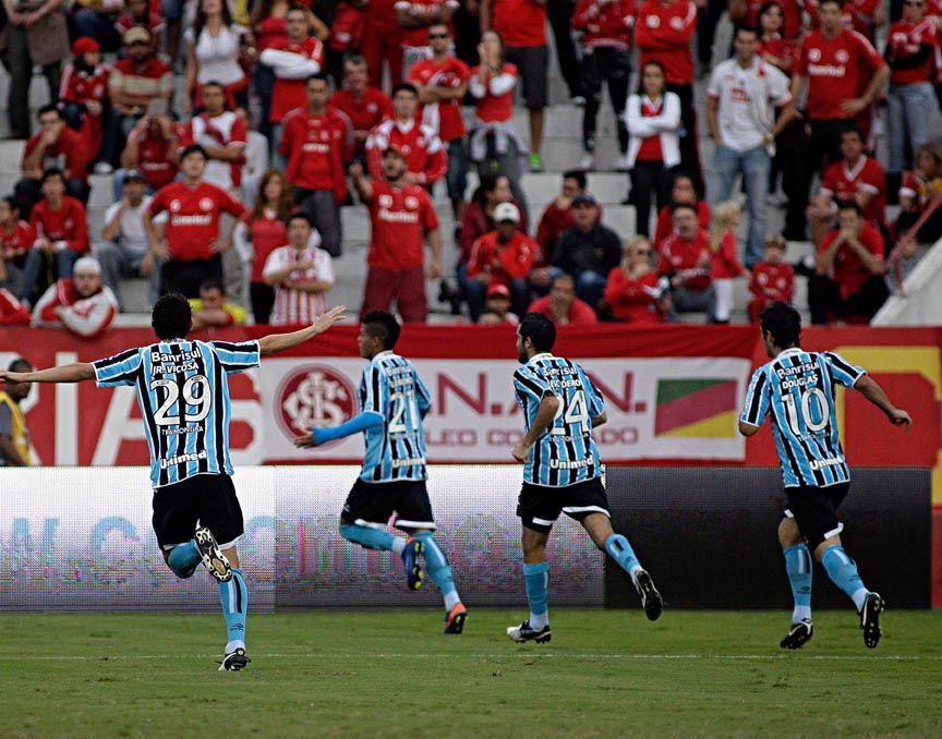 Jogadores do Grêmio comemoram diante da torcida colorada no Beira-Rio