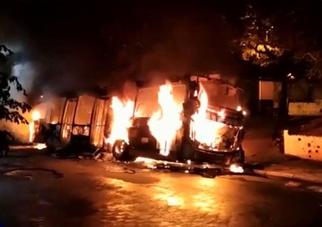 Dois ônibus são incendiados em protesto por morte de jovem