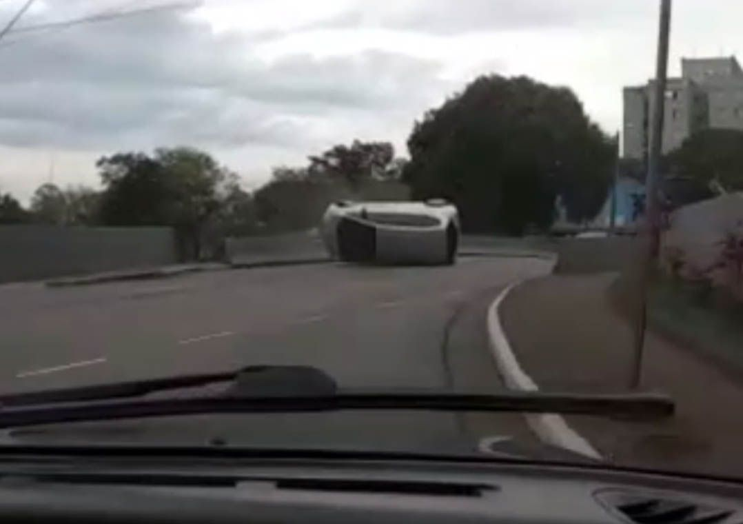 Imagem mais compartilhada Bandidos em fuga capotam carro roubado; veja as imagens