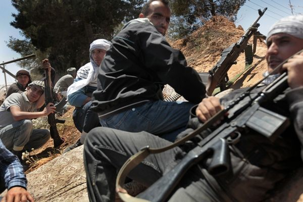 Rebeldes armados aguardam por bombardeios na Líbia