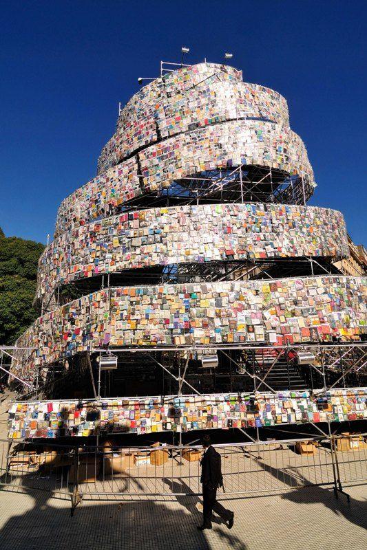 A construída com 30 mil livros de diferentes línguas