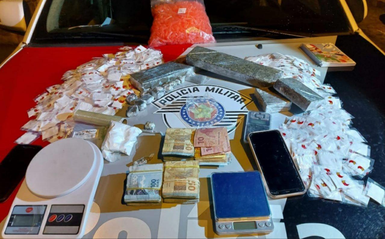 O grupo foi preso com drogas, dinheiro e armas / Divulgação/Polícia Militar
