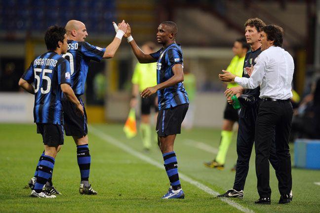 Eto´o (ao centro) é observado pelo técnico Leonardo após marcar gol da Inter