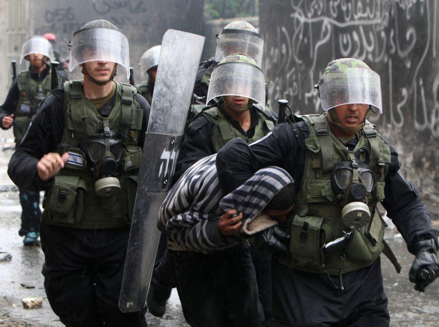 Exército israelense prende palestino após protestos