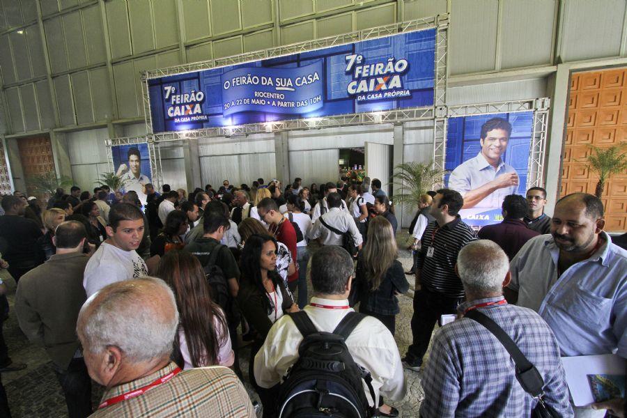 Pessoas aguardam a abertura dos portões do feirão no Riocentro (Rio de Janeiro)