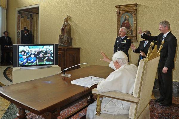 O Bapa Bento 16 conversou com os 12 astronauas via satélite