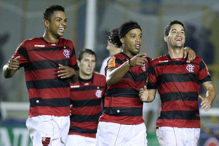 Thiago Neves (D) comemora com Ronaldinho e David (E) após marcar gol diante do Avaí