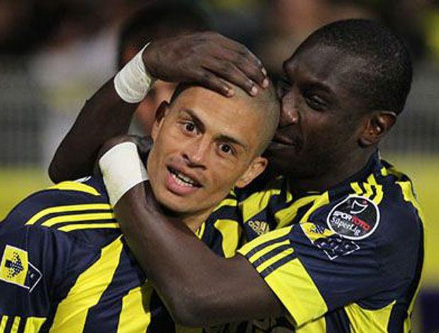 Alex comemora gols com seus copanheiros e o título pelo Fenerbahçe neste domingo